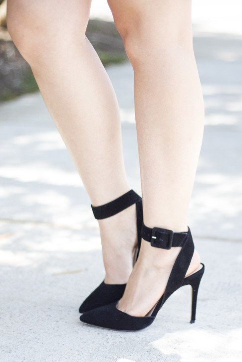 An Dyer wearing ShoeMint Lola Pumps Black Suede