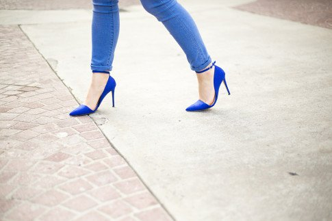 An Dyer wearing JustFab Monroe Pumps and Rock & Republic Kashmiere Skinny Jeans