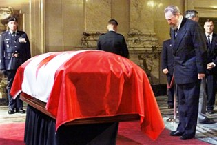 castro-at-funeral-of-pierre-trudeau