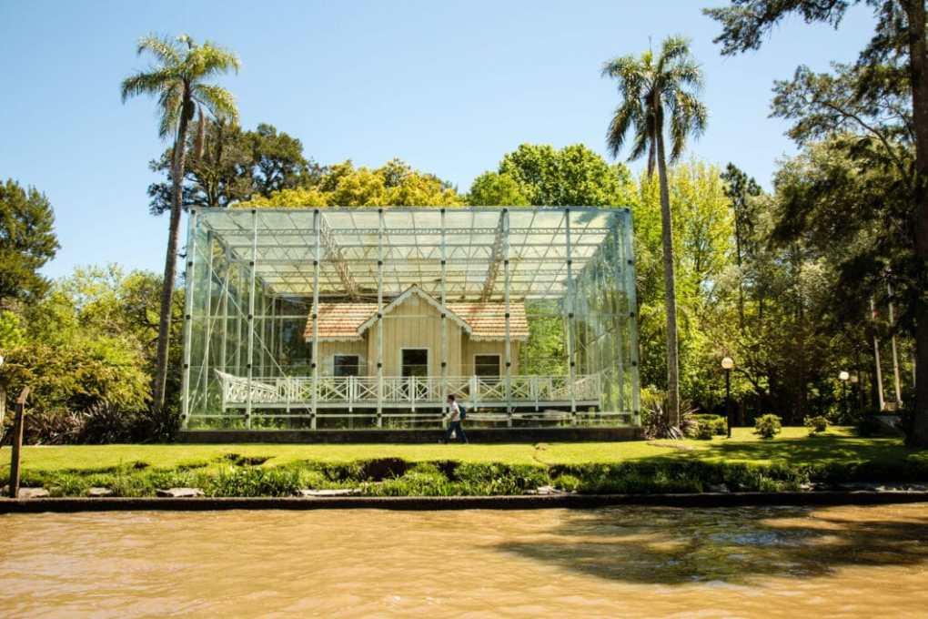 Sarmiento home glass box