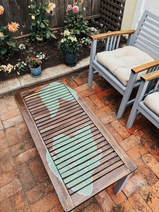 How to refinish old outdoor wood furniture and give it a second life. Click on over to the post to check it out and get inspiration! #diy #outdoorfurniture