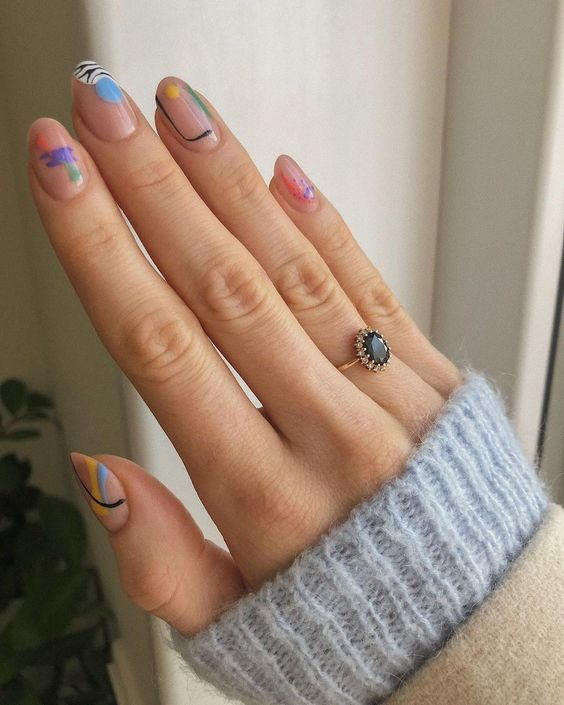 Negative space abstract manicure to try this summer