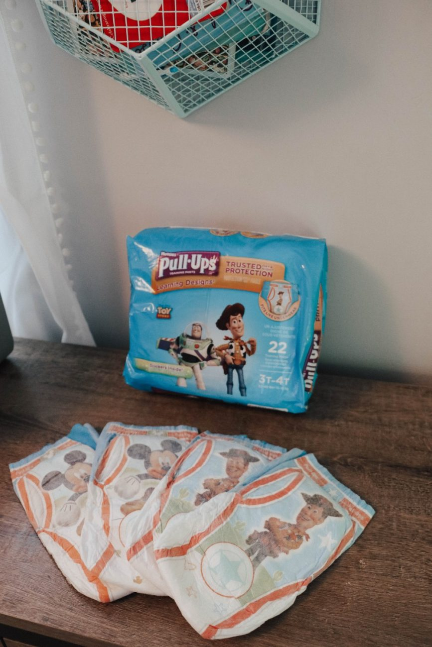 8 things that worked for us when potty training our toddler boy. Helpful tips to make potty training easier. Head to the post to see what worked for us! #pottytraining #pottytrainingboys #pottytrainingtips