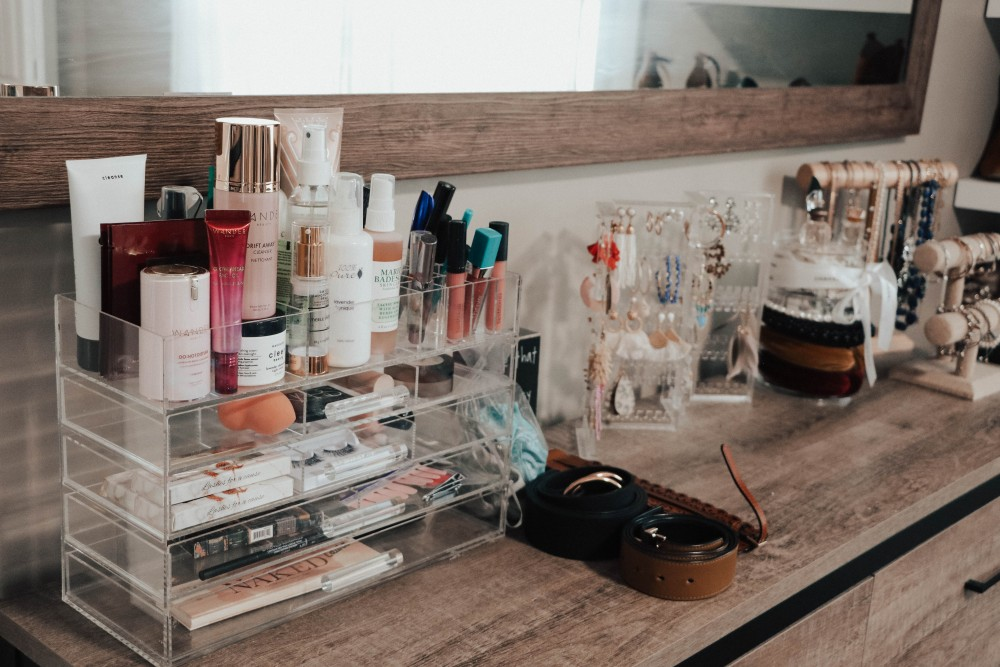 I love my acrylic makeup storage drawers. They make it easy to store everything but still see what I have. Click on over to the blog to check out my top 20 home organization products to help keep your home clean and tidy! #springcleaning #homeorganization #drawerorganizers #tidyhome
