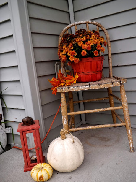 vintage-chair-with-mums-pumpkins