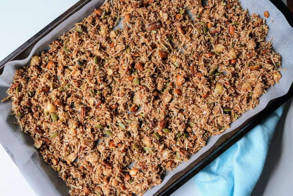 A delicious healthy keto granola recipe. Homemade grain free granola made easy using nuts, coconut, sweetener and spices.