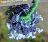nellikelignende blomst hæklet i merinould