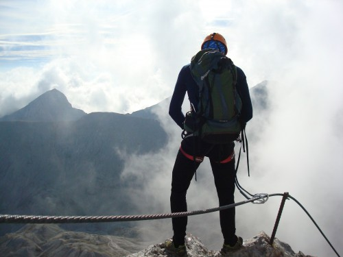 Det er ikke lett å pisse med klatresele og motvind. Foto: Øystein Kvaal Østerbø