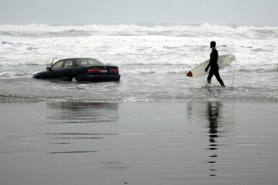 voiture-dans-mer-plage