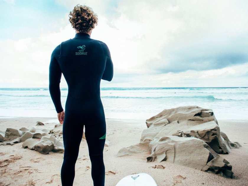 Une combinaison de surf eco responsable à base de poudre d'huîtres