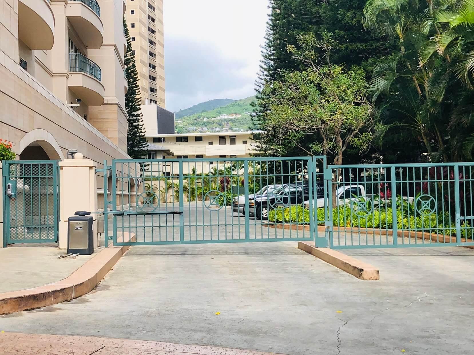 Courtyards at Punahouのエントランス