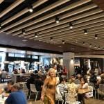 アラモアナの新しいグルメスポット「ラナイ」。人がいっぱい混んでます。