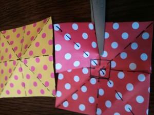1,上段:折り紙を折って、十字、斜めの折り目をつけます。 2,下段:十字の折り目に沿って、大体2/3まで切り込みを入れます。