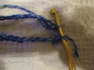 編みはじめの部分にかぎ針を通して、