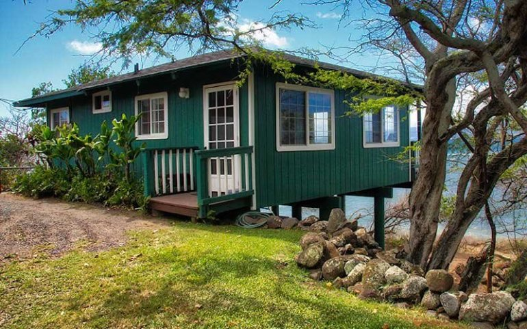 Hawaii on a Budget: 9 Cheap Places to Stay on Molokai featured by top Hawaii travel blog, Hawaii Travel with Kids: Dunbar Beachfront Cottages are a cheap place to stay on Molokai