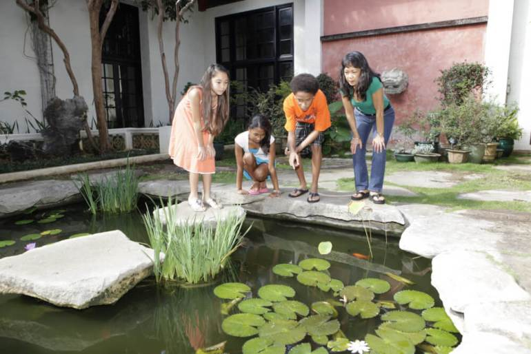 Things to Do in Hawaii with Kids: a review of Honolulu Museum of Art on Oahu featured by top Hawaii blog, Hawaii Travel with Kids: image of Kids playing in outdoor courtyard at the Honolulu Museum of Art in Oahu