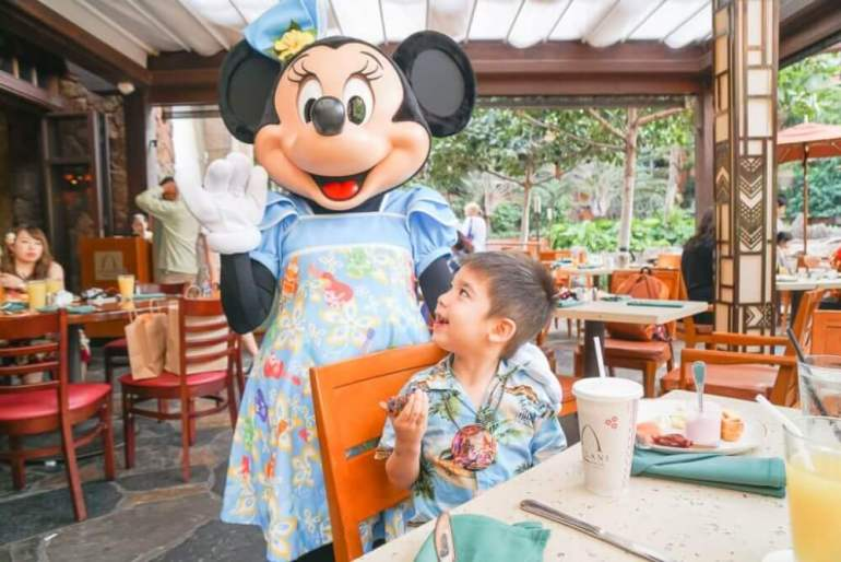 Aulani tips and Disney Aulani Resort review featured by top Hawaii blog, Hawaii Travel with Kids: Photo of Minnie Mouse at the Disney Aulani Character Breakfast at Aulani, a Disney Resort & Spa on Oahu. Doing the breakfast on arrival day is one of my Aulani tips. #aulani #oahu