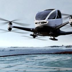 Un dron con pasajeros aterrizando en una pista.