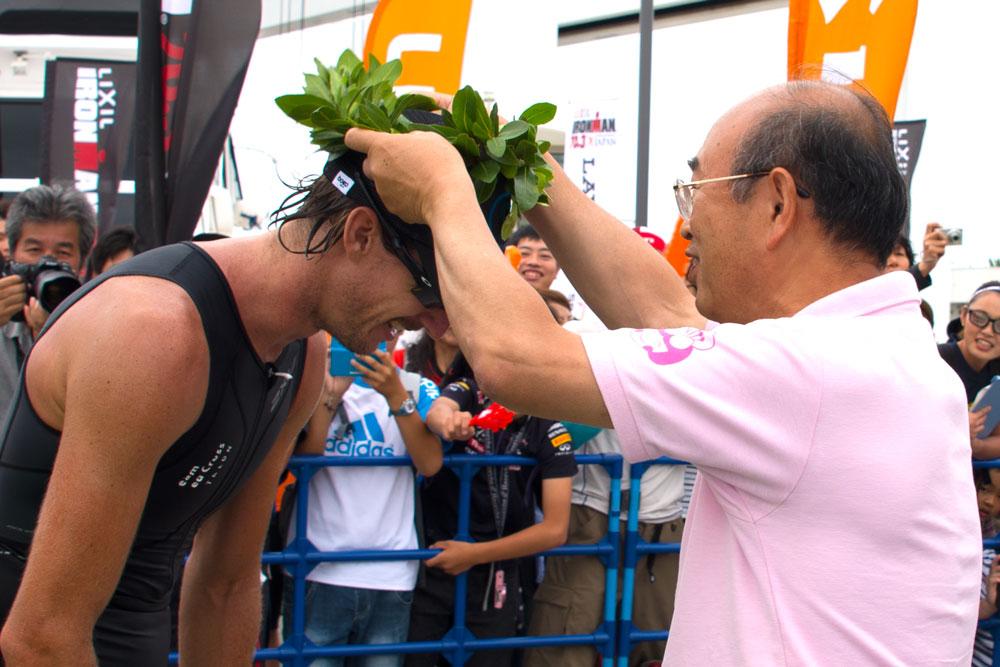 ミッチェル・ロビンズ選手に葉冠を贈呈する宮島壽男知多市長