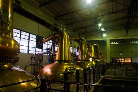 銅製の蒸留釜が鎮座(もちろん稼働中