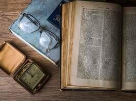 שעון משקפיים וספר