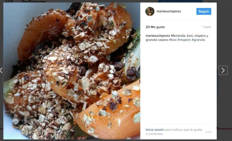 granola kiwi níspero fruta muesli