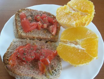 pan integral tomate orégano naranja fruta