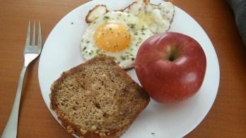 tostada integral huevo a la plancha con orégano manzana