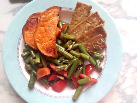 Cande Soulas Tofu al horno con sesamo, calabaza asada y salteado de judias verdes, pimiento rojo y toque de pimenton