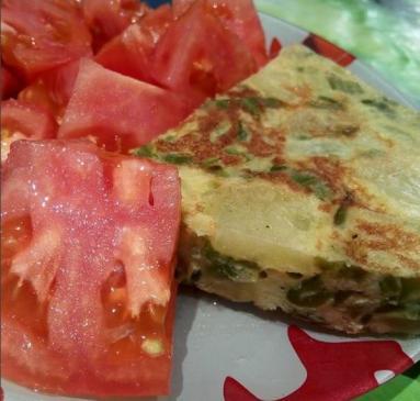 Sara Garces Tomate y tortilla de patata con pimientos