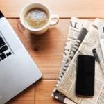 パソコンと新聞とコーヒー