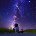 星空を見上げる男の人