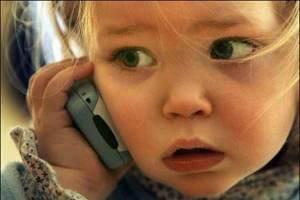 Los padres más pendientes de sus móviles se enfadan más fácilmente