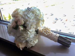 bouquet-white-roses-with-bead-details