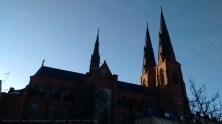 El sol en Suecia en invierno es bueno para obtener fotos de sombras y luces. La catedral se recorta sobre un cielo limpio, de mediados de Noviembre.
