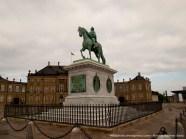 Estatua de Federico V en el palacio de Amalienborg. Esta plaza es imporesionante por la disposición y la amplitud que dejan los cuatro bloques de residencias reales que la cercan.