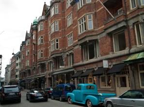 Esta calle es una de las mas conocidas por sus galerías de arte. Lujo danés en los escaparates y en los coches que la cruzan de camino a Kongens Nytorv, la Plaza del Rey.