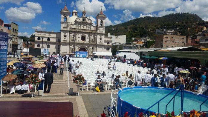"""Organización """"Luz del Mundo"""" realiza bautizos en la plaza Los Dolores"""