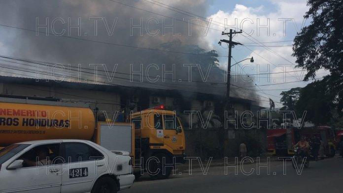Incendio consume bodega de reciclaje en carretera a Ticamaya