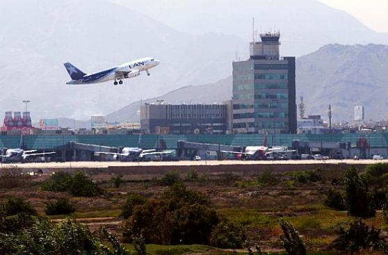 Mujer llega media hora tarde, pierde vuelo y causa destrozos en aerolínea