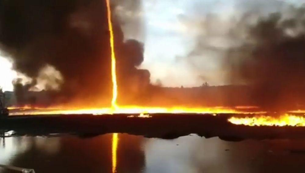 Tornado de fuego tras incendio en fábrica de plástico en el Reino Unido.