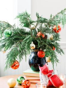 original-bpf_small-space-holiday-decor_cutting-tree-jpg-rend-hgtvcom-966-1288