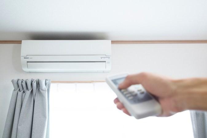 climatiseur-mur-fixe-telecommande-main-full-13091905