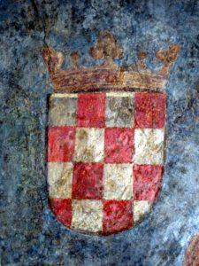 Najstariji poznati prikaz hrvatske šahovnice jest iz 1495., a sačuvan je na fresci na stropu jedne zgrade u austrijskom gradu Innsbrucku. (Jareb, Mario, Hrvatski nacionalni simboli, Hrvatski institut za povijest, Zagreb, 2010.)