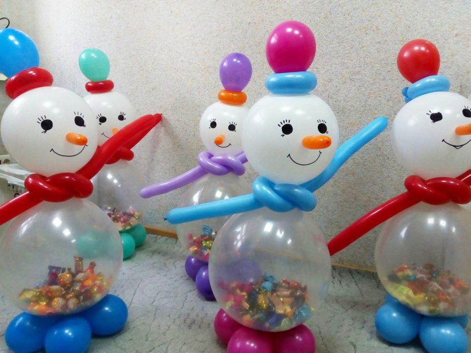 رجال الثلج مع الحلويات في الداخل