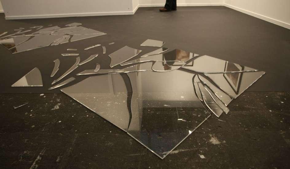 آینه سقوط کرد در حمام