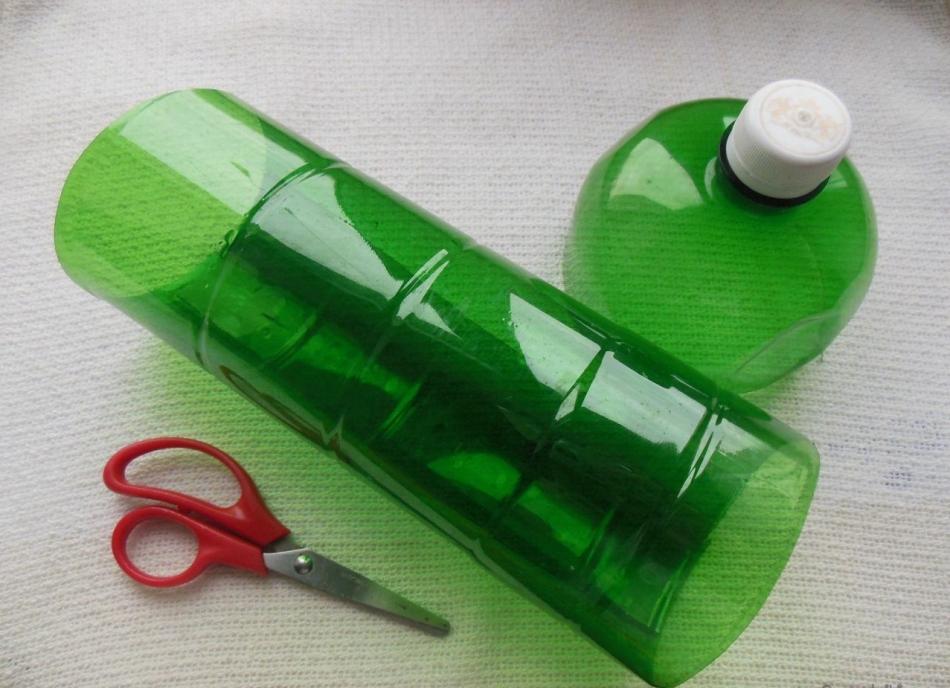 У бутылки для пальмы-бонсай из пластиковых бутылок нужно отрезать верх и низ
