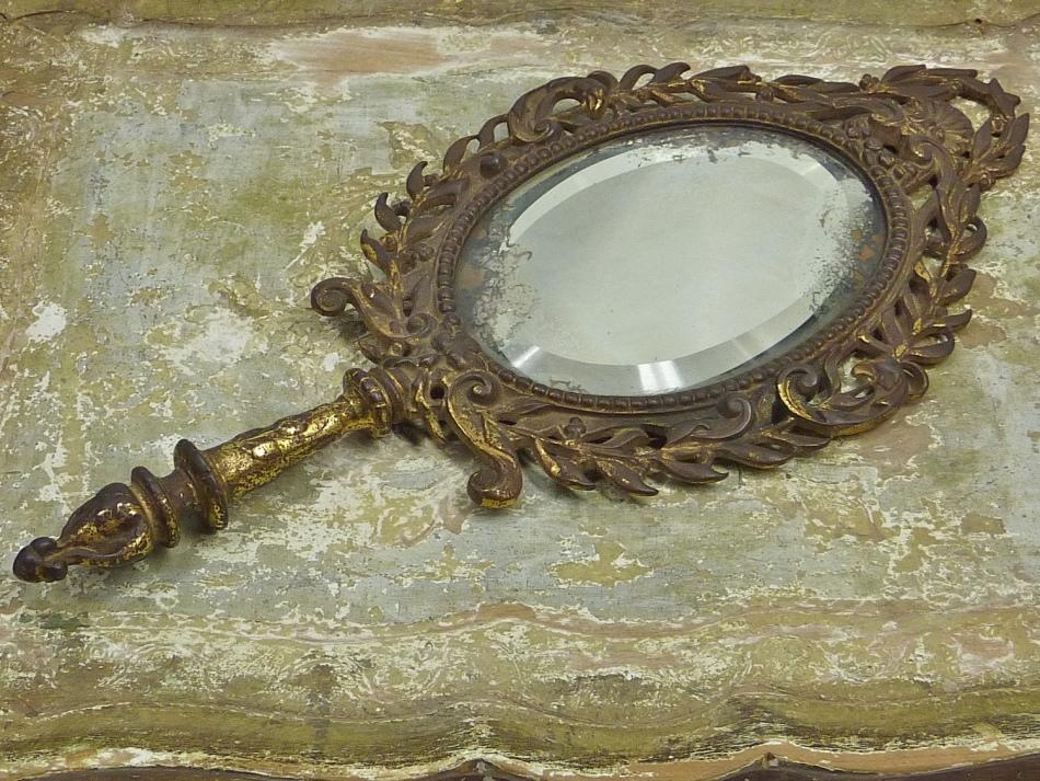 هنگامی که ماه صعود می شود، باید آینه قدیمی را بیرون بیاورید
