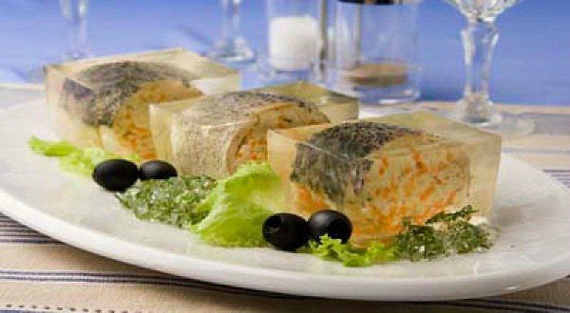 Заливная рыба - сервировка к праздничному столу