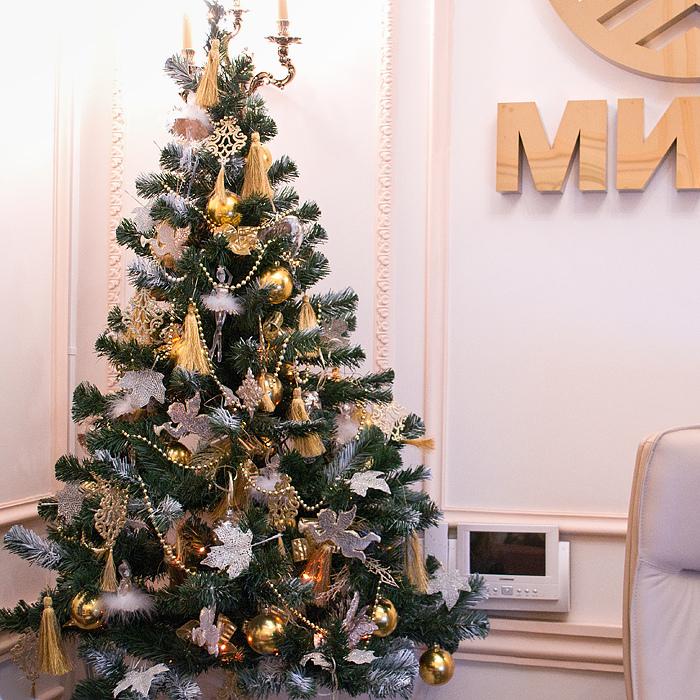 Συνδέστε τα φώτα πριν φωτισμένο χριστουγεννιάτικο δέντρο